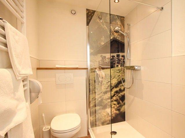 Badezimmer mit Dusche und WC