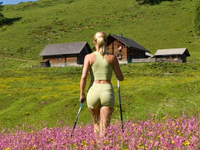 nordic-walking-frau-berg.jpeg
