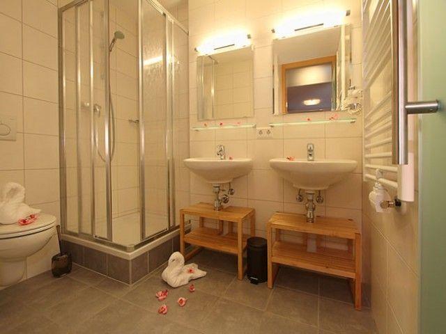 Badezimmer mit Doppelwaschbecken und Dusche